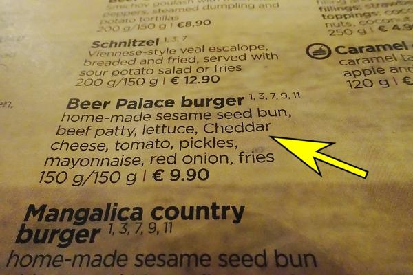 Questo è il menu con indicato l'hamburger della birreria Beer Palace di Bratislava in Slovacchia