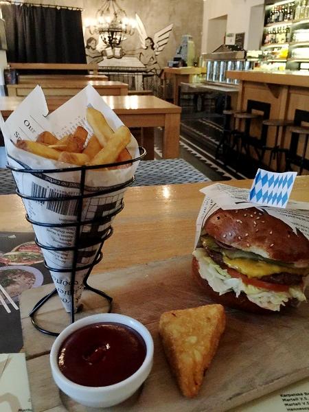 """Ecco come viene servito il famoso hamburger """"Beer Palace Burger"""" di Bratislava - Slovacchia"""