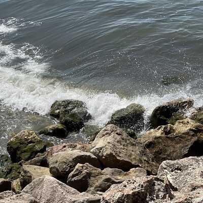 Foto normale al mare mosso senza l'effetto del movimento dell'acqua scattata con un iPhone